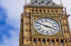Dettaglio della torre di orologio di Big Ben circondata abbastanza da un blu Fotografie Stock