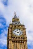 Dettaglio della torre di orologio di Big Ben circondata abbastanza da un blu Immagini Stock Libere da Diritti