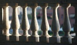 Dettaglio delle aste della ringhiera di pietra bianche Immagini Stock