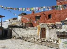 Dettaglio delle bandiere tibetane tradizionali di preghiera e della casa fotografie stock libere da diritti