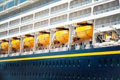Dettaglio delle barche di sicurezza di una nave da crociera Fine in su Fotografie Stock
