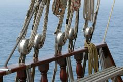 Dettaglio delle corde e dei sartiami di una goletta Immagini Stock