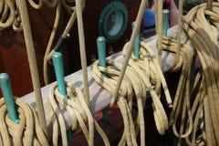 Dettaglio delle corde e dei sartiami di una goletta Immagine Stock