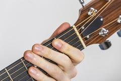 Dettaglio delle dita e della mano del giocatore di chitarra Fotografia Stock
