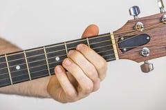 Dettaglio delle dita e della mano del giocatore di chitarra Immagini Stock Libere da Diritti