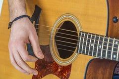 Dettaglio delle dita e della mano del giocatore di chitarra Fotografia Stock Libera da Diritti