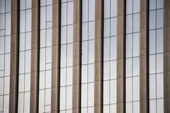 Dettaglio delle finestre di vetro di architettura moderna di una configurazione corporativa immagini stock
