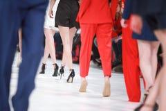 Dettaglio delle gambe allineate dei modelli di moda di retrovisione Fotografia Stock