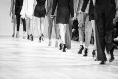 Dettaglio delle gambe allineate dei modelli di moda di retrovisione Immagini Stock Libere da Diritti