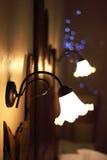 Dettaglio delle lampade d'annata disposte sopra un letto di una stanza di lusso in un hotel del cottage del paese vicino a Girona Fotografia Stock