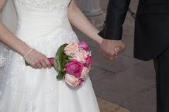 Dettaglio delle mani dell'persone appena sposate fotografia stock libera da diritti