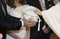 Dettaglio delle mani di un sacerdote immagine stock