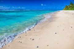 Dettaglio delle onde sulla spiaggia abbandonata di Rarotonga tropicale, cuoco Is Fotografia Stock