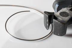 Dettaglio delle pinze d'acciaio con fondo bianco fotografia stock libera da diritti