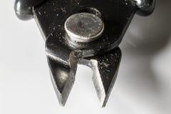 Dettaglio delle pinze d'acciaio con fondo bianco fotografie stock libere da diritti