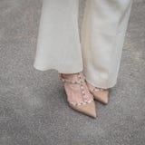 Dettaglio delle scarpe femminili fuori della costruzione della sfilata di moda di Gucci per la m. Fotografia Stock Libera da Diritti