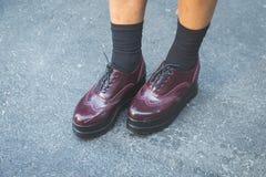 Dettaglio delle scarpe fuori della costruzione della sfilata di moda dell'iceberg a Milano, Fotografia Stock