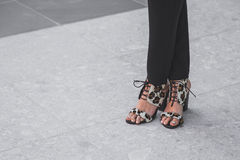 Dettaglio delle scarpe fuori della sfilata di moda nazionale del costume che sviluppa f Fotografie Stock