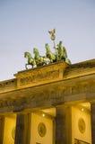 Dettaglio delle sculture sopra il tor di Brandenburger a Berlino con la luce rosa di sera e le nuvole molli, Germania Fotografia Stock Libera da Diritti