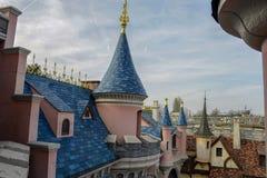 Dettaglio delle torri, nella città medievale sul parco di Disneyland, Parigi Fotografia Stock Libera da Diritti