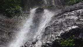 Dettaglio di acqua che cade dalla roccia video d archivio