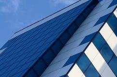 Dettaglio di alto grattacielo di vetro blu della costruzione, concetto di affari Fotografie Stock