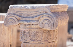 Dettaglio di capitale ionico sull'acropoli fotografia stock libera da diritti