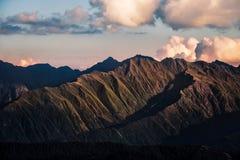 Dettaglio di catena montuosa drammatica al tramonto, Svaneti, Georgia Fotografia Stock
