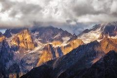 Dettaglio di catena montuosa drammatica con luce solare variopinta, Svaneti, Georgia Immagine Stock