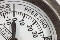 Dettaglio di congelamento del termometro di zona macro Immagine Stock