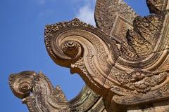 Dettaglio di frontone in tempio di Banteay Srei Fotografia Stock