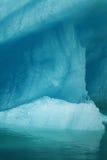 Dettaglio di grande iceberg del turchese che galleggia sull'acqua nell'Alaska con la riflessione fotografie stock libere da diritti