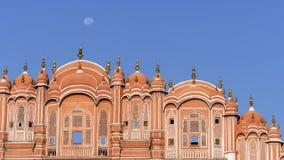 Dettaglio di Hawa Mahal, palazzo dei venti di Jaipur e la luna, Ragiastan, India fotografie stock libere da diritti