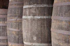 Dettaglio di legno dei barilotti del vecchio vino in una cantina Tono caldo Fotografie Stock Libere da Diritti
