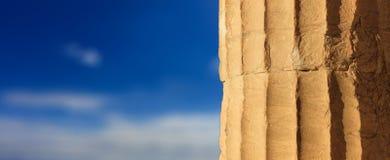 Dettaglio di marmo greco della colonna sul fondo del cielo blu fotografia stock libera da diritti