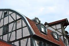 Dettaglio di mezza facciata armata in legno di una casa in Klaipeda immagini stock