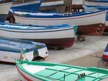 Dettaglio di piccole barche colorate a terra in un porto in Italia Immagine Stock