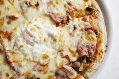 Dettaglio di pizza con l'uovo immagini stock libere da diritti