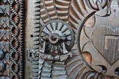 Dettaglio di porta molto vecchia del metallo del ferro, battitore fotografia stock