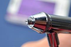 Dettaglio di punta dell'aerografo A punta d'ago di un aerografo Vista approssimativa del dettaglio tecnico immagini stock