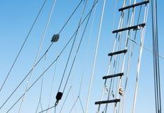 Dettaglio di sartiame e della scala della barca a vela Fotografia Stock