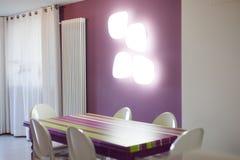 Dettaglio di stanza dinning con la tavola e le sedie colourful Fotografie Stock Libere da Diritti