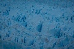 Dettaglio di superficie fratturata di un ghiacciaio di fusione fotografia stock