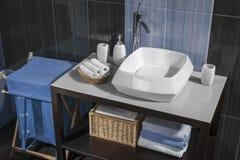 Dettaglio di un bagno contemporaneo con il lavandino e gli accessori Immagini Stock Libere da Diritti