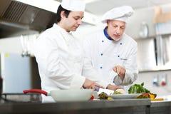 Dettaglio di un cuoco unico sul lavoro Immagini Stock Libere da Diritti