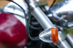 Dettaglio di un motociclo con le gocce di pioggia immagini stock