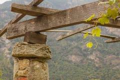 dettaglio di un pilone in pietra e di una calce delle vigne di Carema, Piemonte, Italia Fotografia Stock