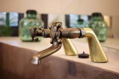 Dettaglio di un rubinetto d'annata disposto nel bagno di una stanza di lusso in un hotel del cottage del paese vicino a Girona, C Immagine Stock Libera da Diritti