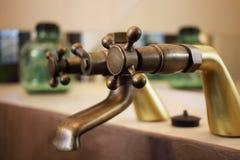 Dettaglio di un rubinetto d'annata disposto nel bagno di una stanza di lusso in un hotel del cottage del paese vicino a Girona, C Fotografia Stock