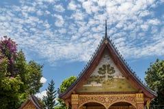 Dettaglio di un santuario nel bello tempio di Wat Sensoukharam di Luang Prabang, Laos immagini stock libere da diritti